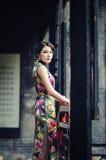 Una donna cinese classica vestita nel cheongsam Immagine Stock Libera da Diritti