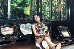Una donna cinese classica vestita nel cheongsam Fotografie Stock Libere da Diritti