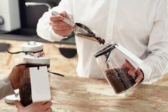 Una donna compra una tazza di caffè nella caffetteria Fotografia Stock