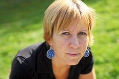 Una donna con gli orecchini Fotografie Stock