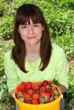 Una donna con gli straweberies Immagine Stock Libera da Diritti