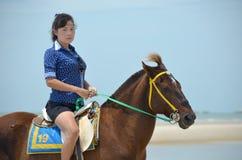 Una donna con il cavallo Fotografie Stock Libere da Diritti