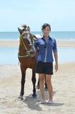 Una donna con il cavallo Immagine Stock
