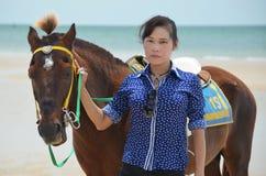 Una donna con il cavallo Fotografia Stock