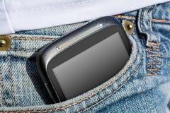 Una donna con Smartphone in sua tasca di pantaloni Fotografie Stock Libere da Diritti