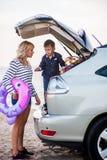 Una donna con un bambino nell'automobile Immagine Stock Libera da Diritti