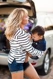 Una donna con un bambino nell'automobile Fotografie Stock