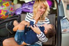 Una donna con un bambino nell'automobile Fotografia Stock