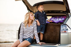 Una donna con un bambino nell'automobile Immagine Stock