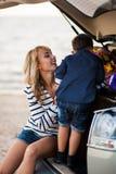 Una donna con un bambino nell'automobile Fotografia Stock Libera da Diritti