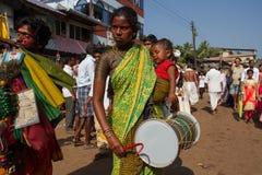 Una donna con un bambino nelle sue armi batte un tamburo Celebrazione della MU della via di Maha Shivaratri L'India, il Karnataka immagini stock libere da diritti