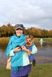Una donna con un cane Immagini Stock