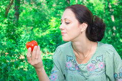 Una donna con un pomodoro Fotografie Stock Libere da Diritti