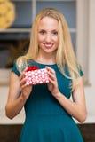 Una donna con un presente Immagini Stock Libere da Diritti