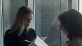 Una donna conduce un questionario da un richiedente di lavoro per un lavoro stock footage