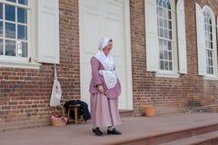Una donna in costume di epoca fuori del tribunale fotografia stock