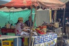 Una donna cucina l'alimento tipico fotografia stock libera da diritti