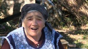 Una donna d'annata anziana che dice una fine di storia sul MF stock footage
