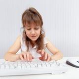 Una donna da funzionare con la tastiera di calcolatore Fotografia Stock
