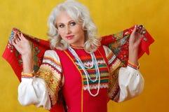 Una donna del beautifull in un vestito russo piega Fotografia Stock Libera da Diritti