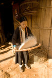 Una donna del riso di pulizia del gruppo etnico di Hmong Fotografie Stock Libere da Diritti