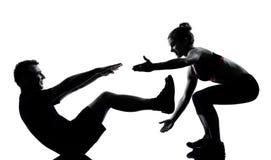 Una donna dell'uomo delle coppie che esercita forma fisica di allenamento Immagini Stock