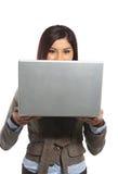Una donna di affari che osserva sopra il suo computer portatile Immagine Stock Libera da Diritti