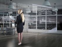Una donna di affari che usando i diagrammi su esposizione virtuale Fotografia Stock Libera da Diritti
