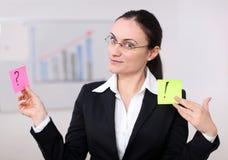 Una donna di affari con il post-it Immagini Stock Libere da Diritti