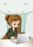 Una donna di affari seria che per mezzo del computer portatile Immagini Stock Libere da Diritti