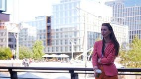 Una donna di affari sicura di sé sta aspettando qualcuno ed è arrabbiata video d archivio