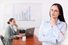 Una donna di affari in ufficio Immagini Stock Libere da Diritti