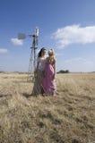 Una donna di due bohemian che posa nel campo sull'azienda agricola Fotografia Stock Libera da Diritti
