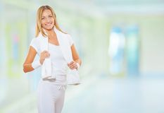 Una donna di forma fisica alla palestra fotografie stock libere da diritti