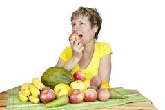 Una donna di mezza età con frutta. Immagine Stock Libera da Diritti