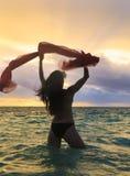 Una donna di quaranta anni nell'oceano immagine stock