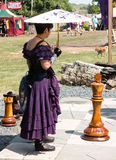 Una donna ed i pezzi degli scacchi giganti al festival di rinascita Fotografia Stock