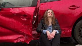 Una donna era in un incidente sulla strada nella pioggia, ? ferita e spaventata stock footage