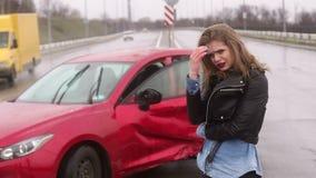 Una donna era in un incidente sulla strada nella pioggia, ? ferita e spaventata video d archivio