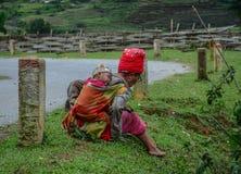 Una donna etnica con il suo bambino alla campagna immagini stock