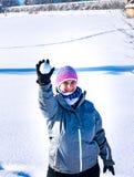 Una donna getta una palla di neve me fotografia stock