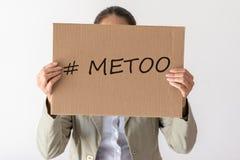 Una donna giudica un'insegna con l'iscrizione METOO immagine stock libera da diritti