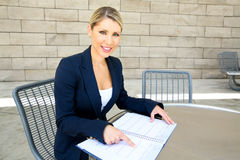 Una donna graziosa di affari che trasforma un'entrata il suo calendario Immagini Stock