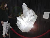 Una donna guarda fisso al sacro Graal dei cristalli di quarzo Fotografie Stock