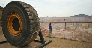 Una donna guarda fisso alla miniera di Morenci Immagini Stock Libere da Diritti