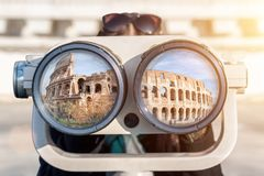 Una donna guarda tramite il binocolo Fotografie Stock