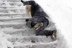 Una donna ha slittato e caduto su una scala invernale immagine stock