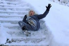 Una donna ha slittato e caduto su una scala invernale fotografia stock libera da diritti
