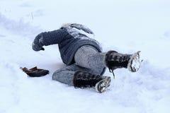 Una donna ha slittato e caduto sulla strada dell'inverno fotografie stock libere da diritti