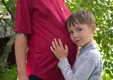Una donna incinta con un bambino Immagini Stock
